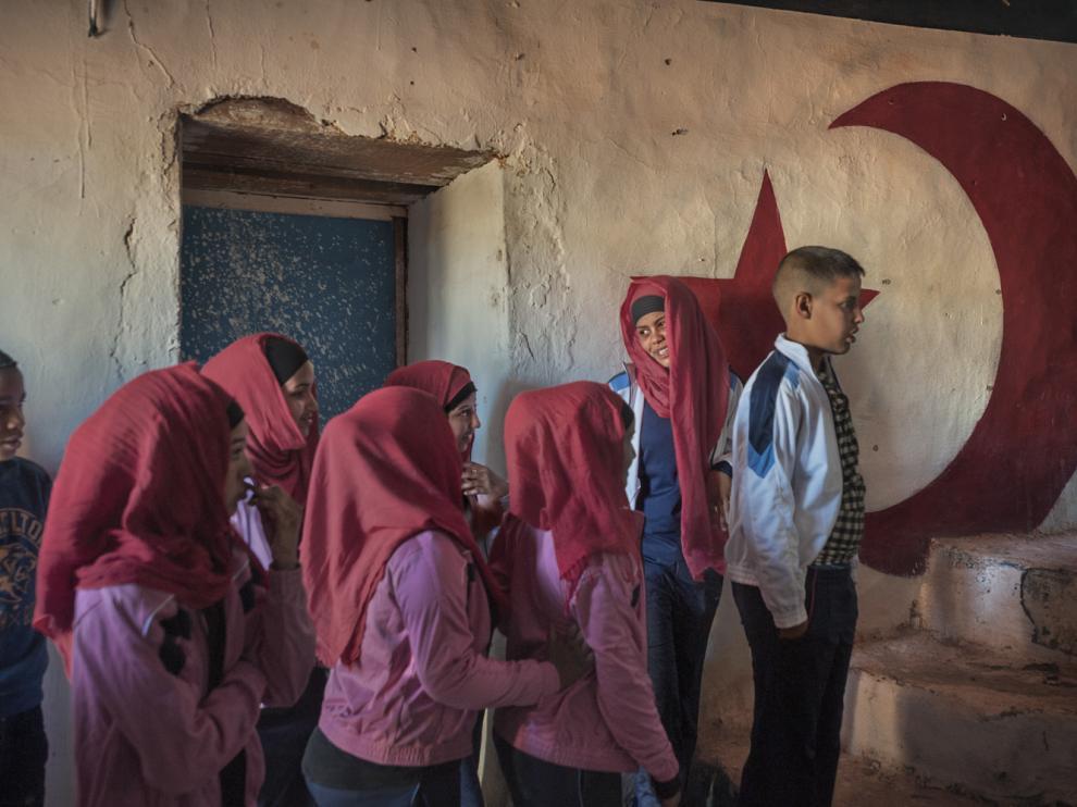 Escolares esperan su turno para participar en una fiesta local. Dajla, marzo de 2016.