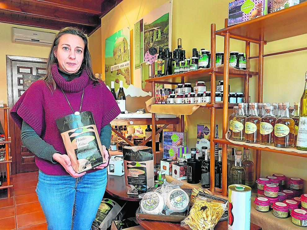 Sandra Catalán, junto a los expositores de su tienda Pyrene en Orós Alto.