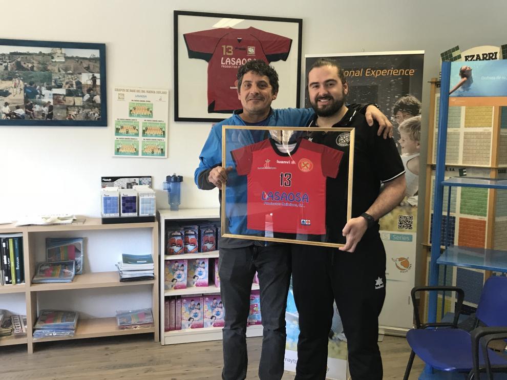 Néstor Oliva, coordinador de la base del BM Huesca junto a Toño Lasaosa, patrocinador de la cantera del club.