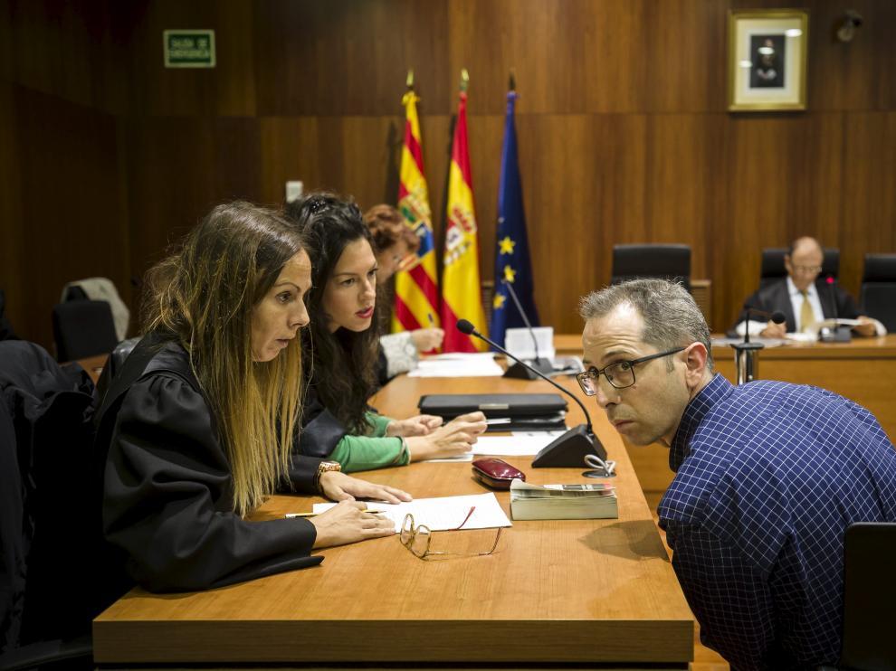 El acusado, hablando con sus abogadas durante la celebración del juicio por el crimen de Ricla en la Audiencia de Zaragoza.