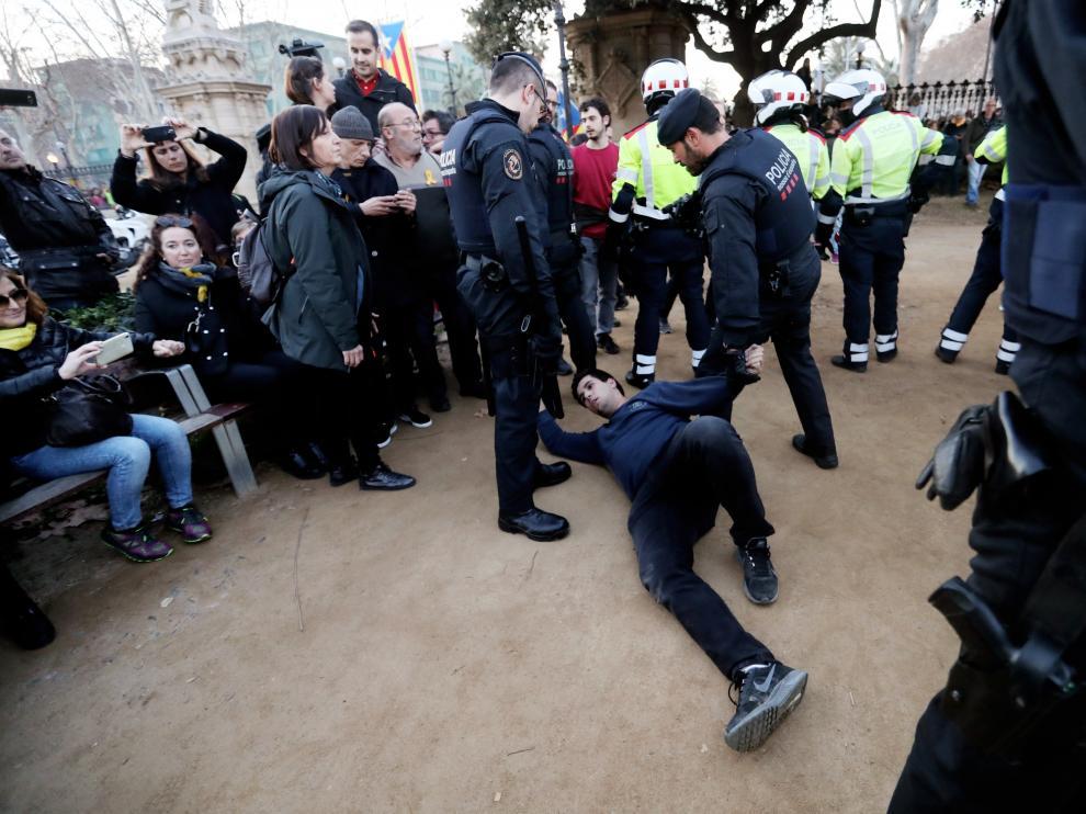 Momento de la detención de un hombre por los Mossos d'Esquadra.