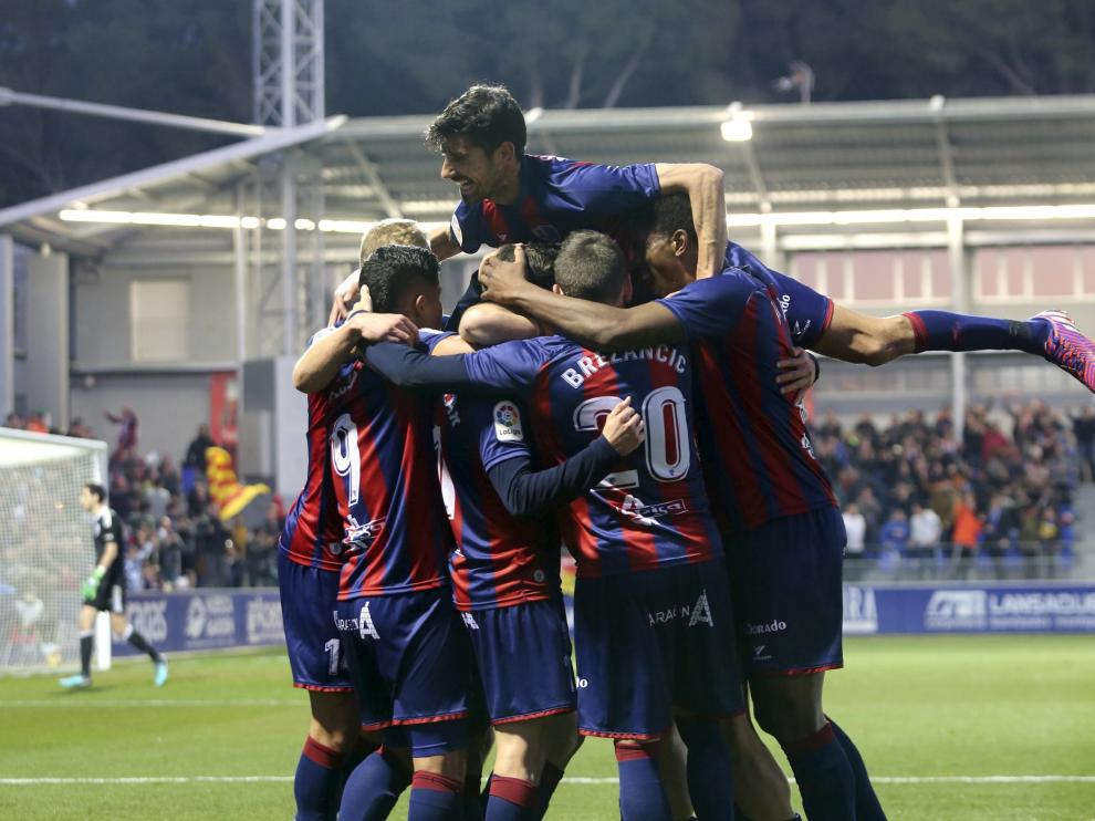 Los futbolistas del Huesca, con Juan Aguilera saltando encima, celebran el gol que le marcaron este pasado domingo a Osasuna (1-0).