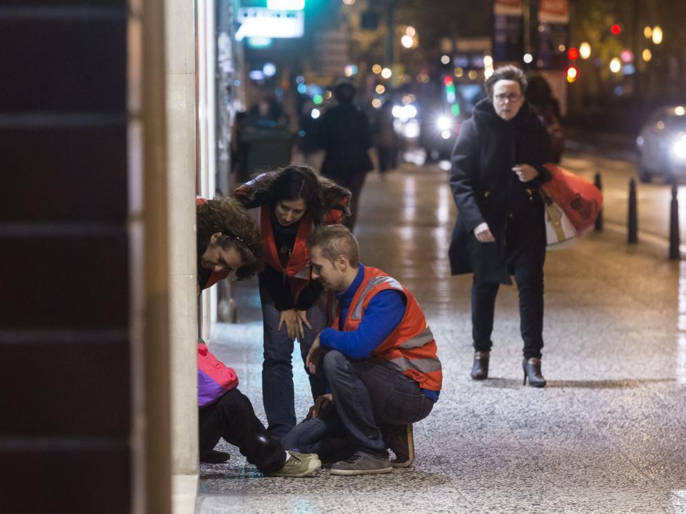 Voluntarios de Cruz Roja atienden a una persona sin hogar, en una imagen de archivo.