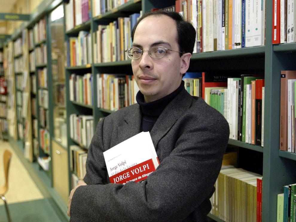 El autor mexicano Jorge Volpi posa con su novela 'El fin de la locura' durante una presentación en Bilbao.