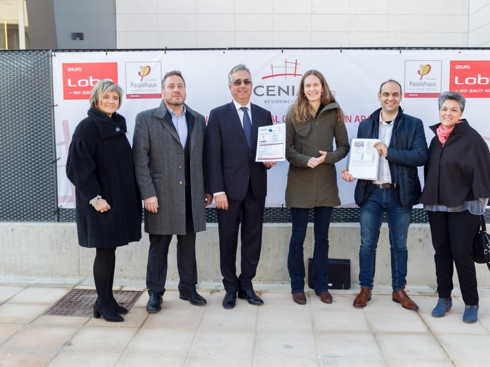 Mª Teresa Andreu, José Luis Soro, Juan Carlos Bandrés, Anne Vogt, Pablo Carranza y Adelina Uriarte, en la presentación del primer edificio passivhaus de Aragón.