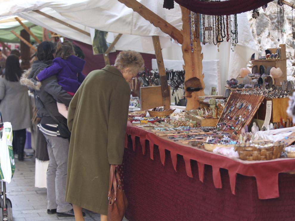 Los puestos del mercado medieval de la recreación de las Bodas de Isabel deben adaptarse al ambiente medieval