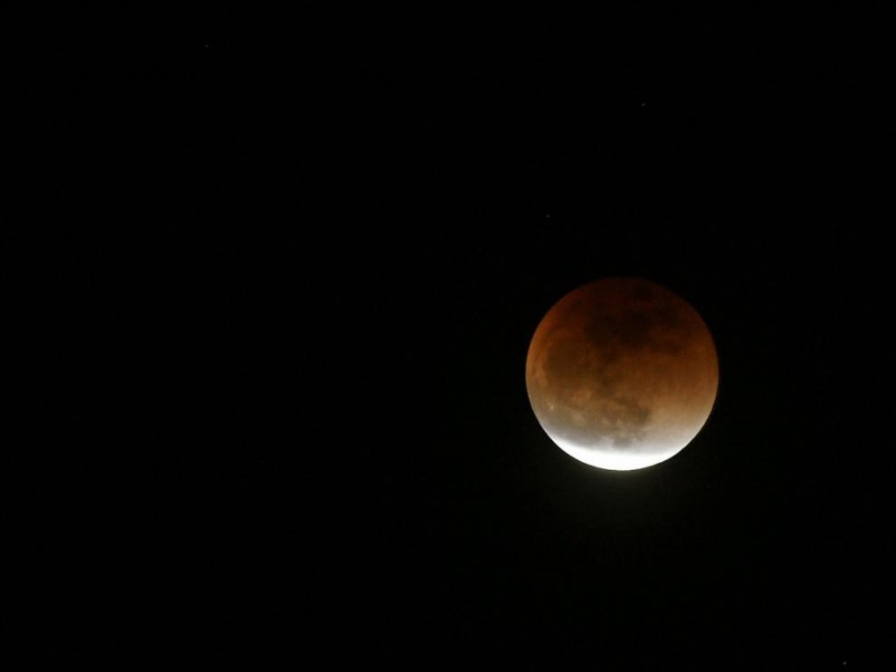Roja y enorme, así se ha visto en Japón la Luna en esta noche de eclipse.