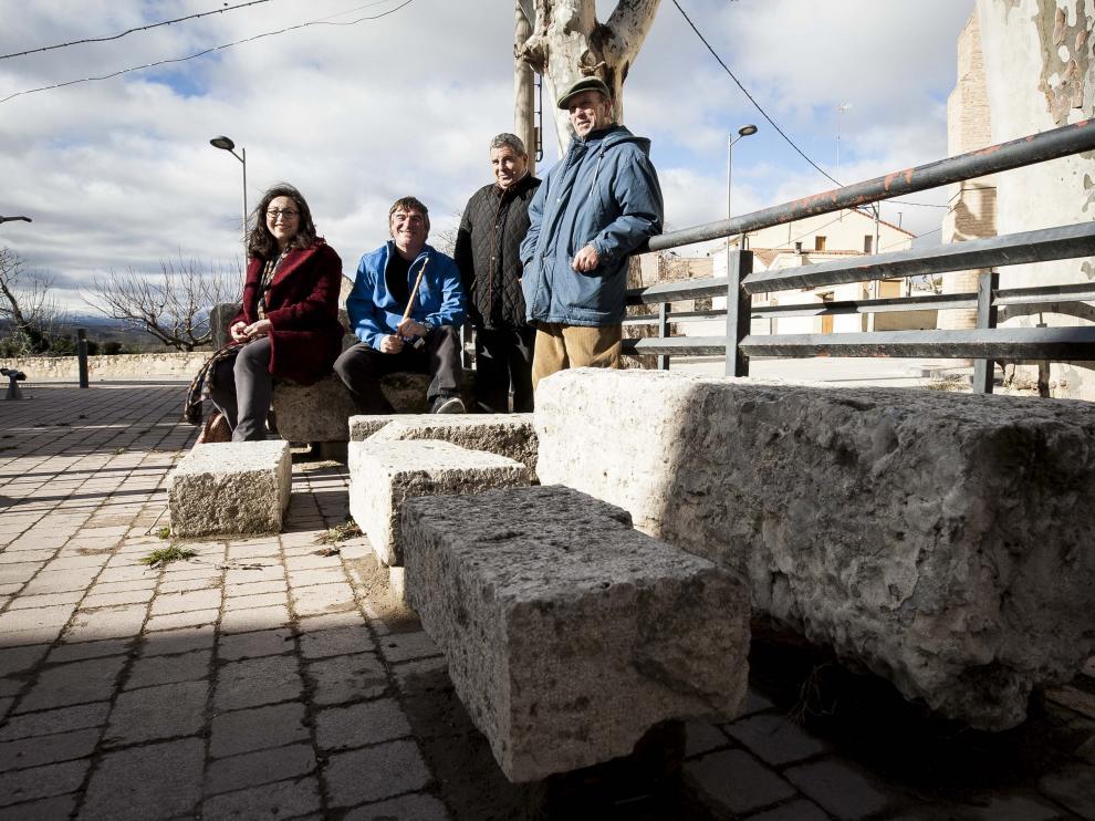 Eva Frago, Pedro Morales, Luciano Berna y Enrique Jiménez, con las antiguas piedras de riego en primer plano.
