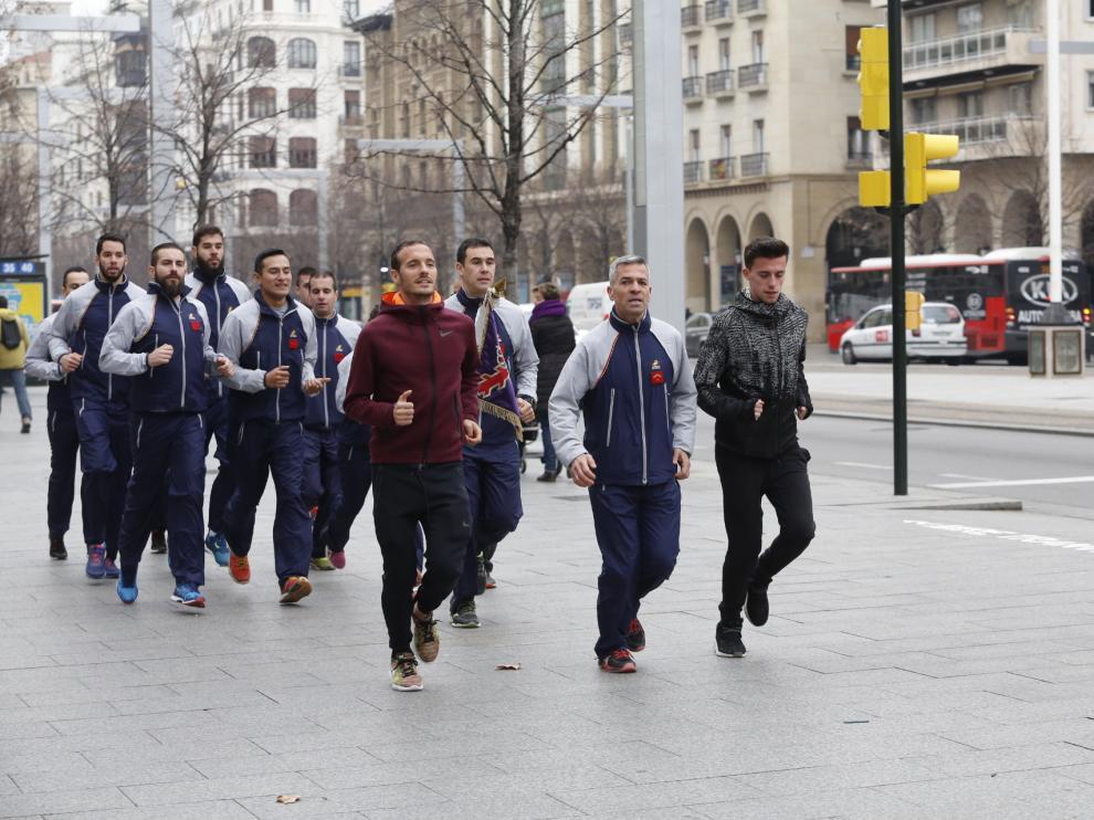 Varios miembros de la Brigada Aragón I, junto a Toni Abadía y Carlos Mayo, llegando este jueves a la antigua Capitanía General de Zaragoza