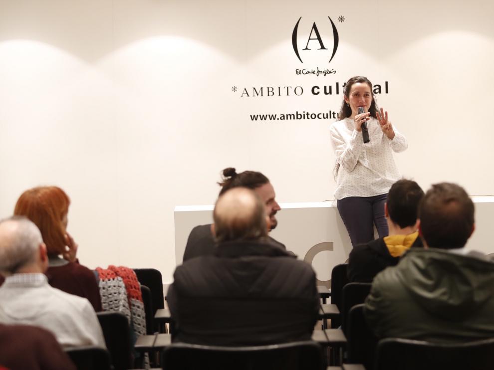 Aránzazu Navarro, una vasca de Baracaldo afincada desde niña en Zaragoza, ante algunas de sus piezas.