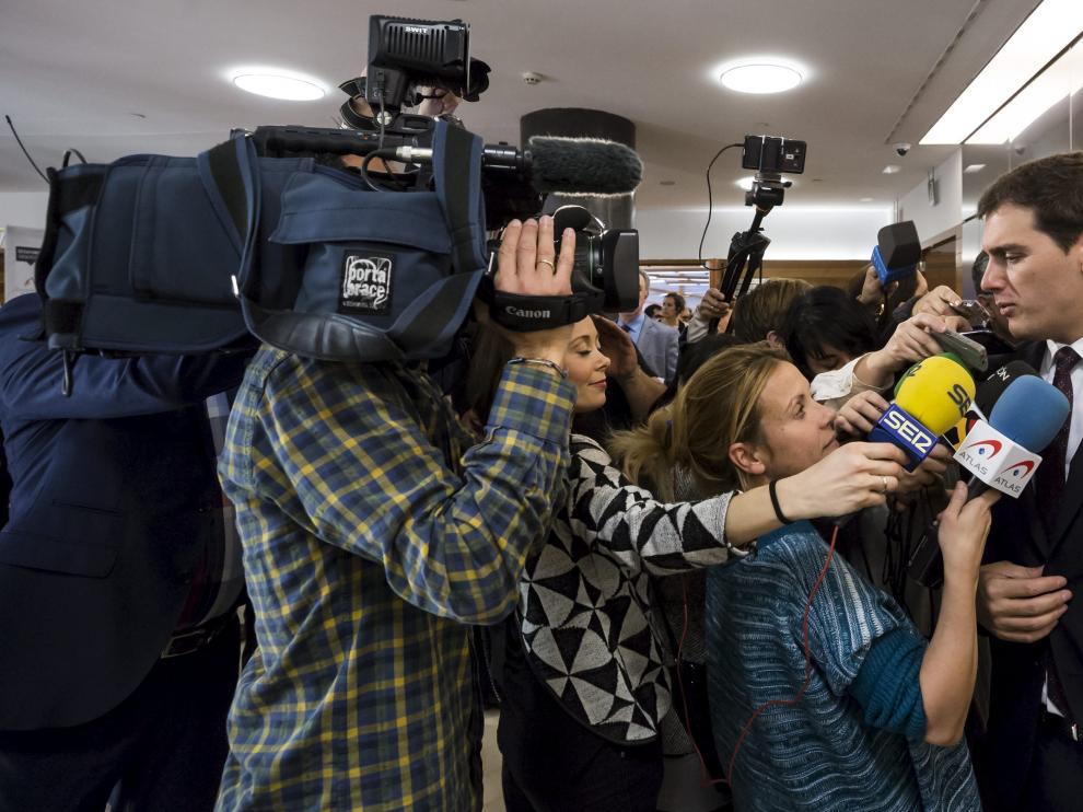 El presidente de Ciudadanos Albert Rivera realiza unas breves declaraciones a los medios de comunicación