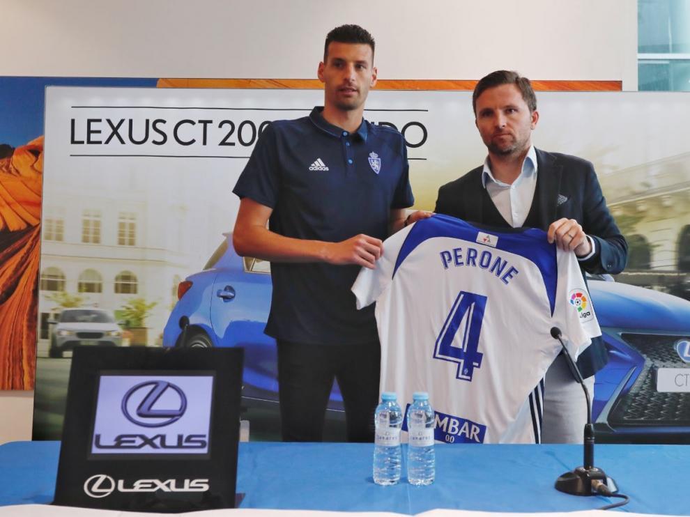 Bruno Perone, con el director deportivo, Lalo Arantegui, en su presentación oficial como jugador del Real Zaragoza este jueves.