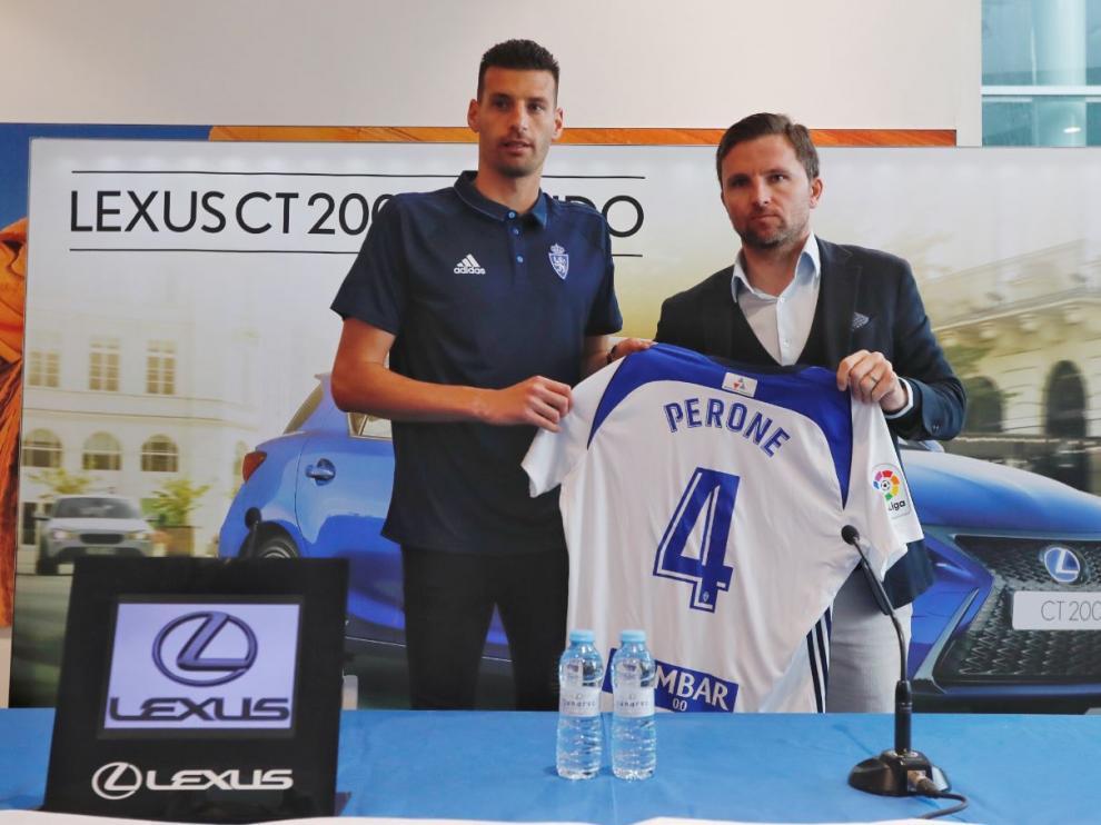 Perone, junto a Lalo Arantegui, posa en su presentación con la camiseta número 4 que hasta el pasado fin de semana lució Jesús Valentín, ahora en el Córdoba.