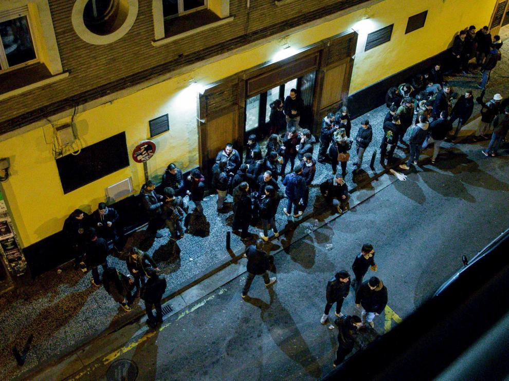 Las quejas vecinales por el botellón en Moncasi y Maestro Marquina se han redoblado en las últimas semanas.