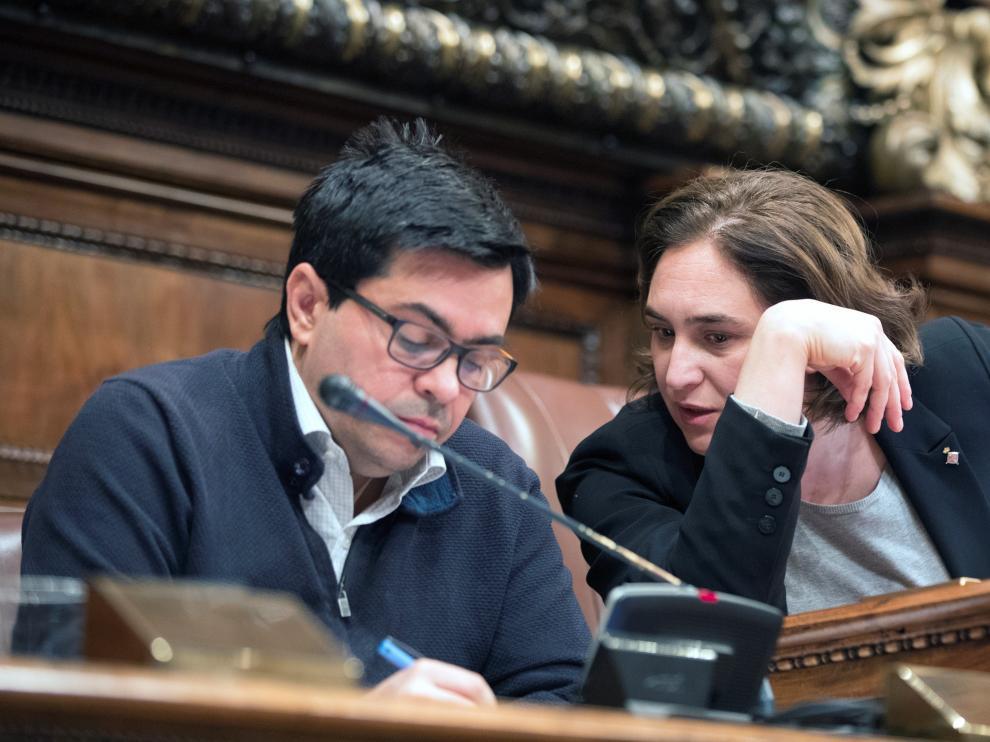 La alcaldesa catalana Ada Colau junto al teniente de alcalde Gerardo Pisarello, durante un pleno extraordinario.