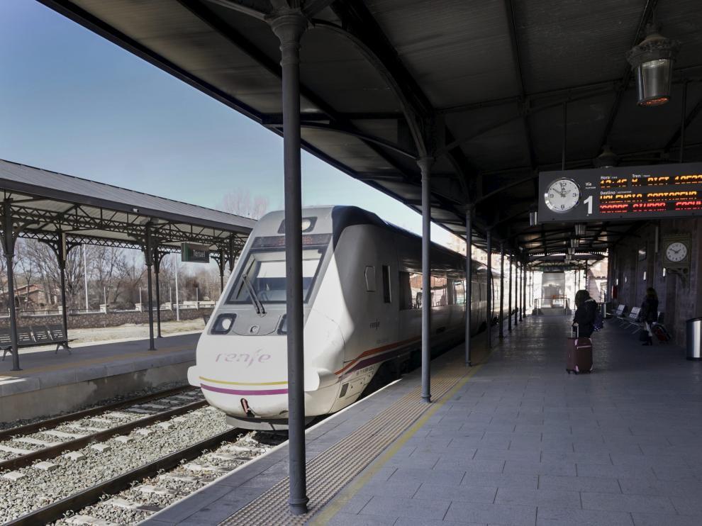 Un tren con destino a Valencia espera la orden de salida en la estación de Teruel.