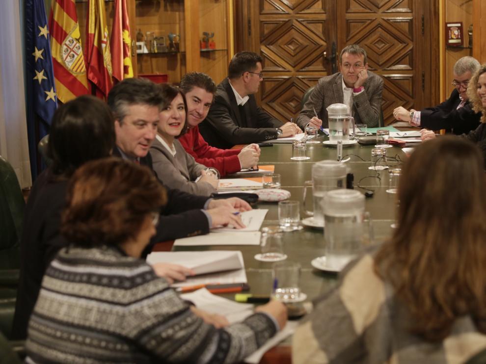 Los miembros de la comisión municipal de deudas entre el Ayuntamiento de Zaragoza y la DGA han concluido sus trabajos este lunes,