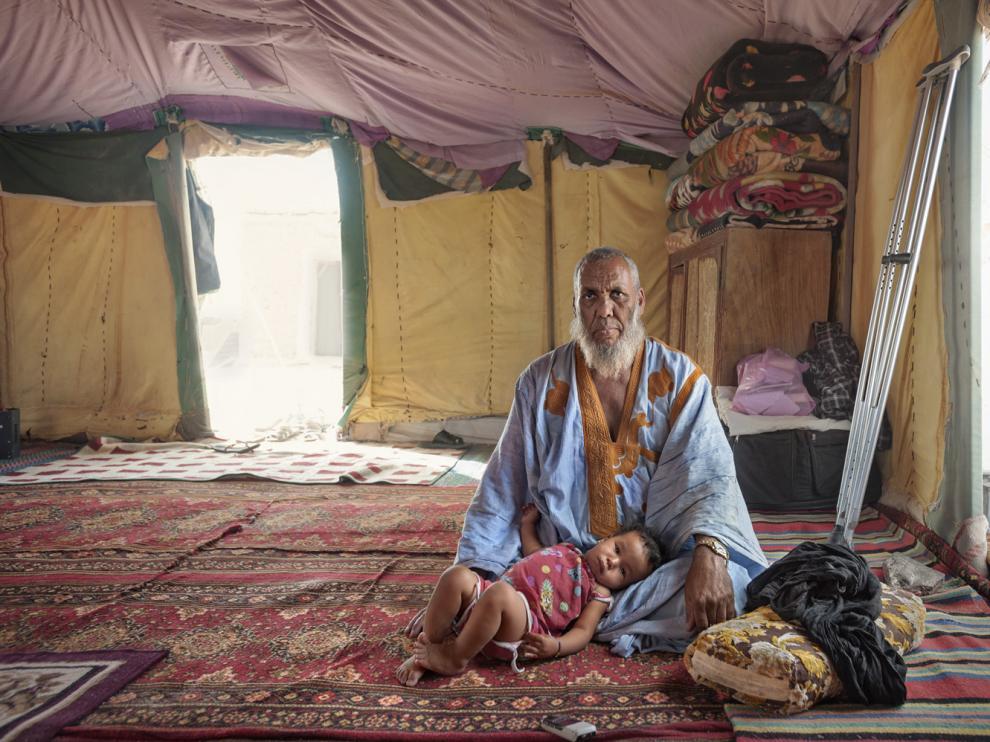 Selma Ali Huedi, nacido en 1953 y padre de tres hijos (en la foto, con su nieta Bueba), fue víctima de una explosión de una mina el 5 de mayo de 1978 en Tifariti.