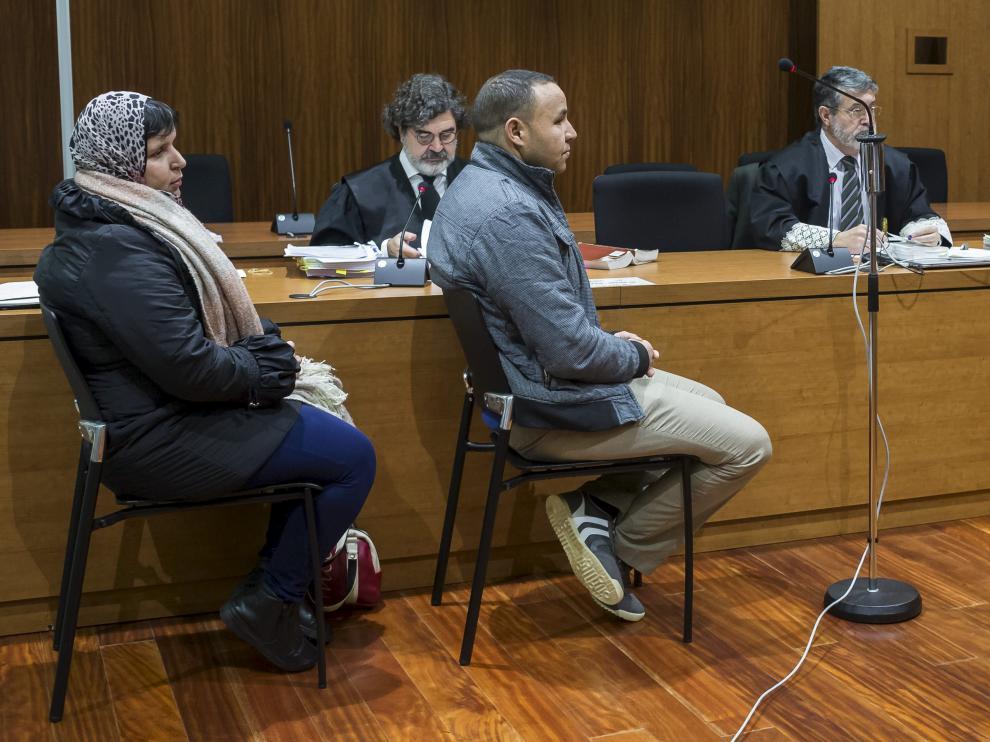 Bouchra S. y Rachid B., durante el juicio que se celebra en la Audiencia de Zaragoza por el presunto asesinato de su bebé.