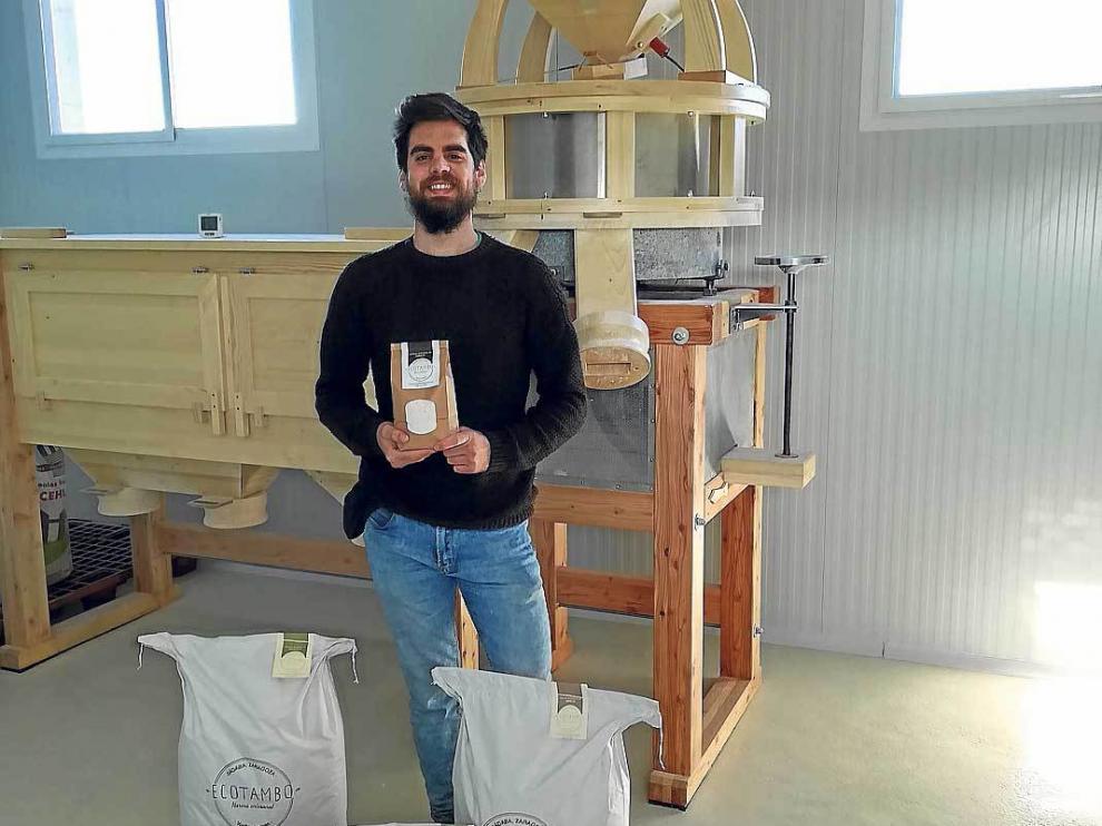 Adrián Tambo muestra orgulloso sus harinas, en  las nuevas instalaciones de su molino.