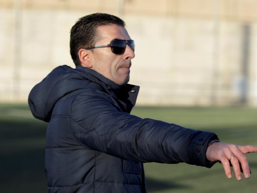 Eduardo Celma, técnico del Valdefierro, el 2 de diciembre en el campo del Escalerillas.
