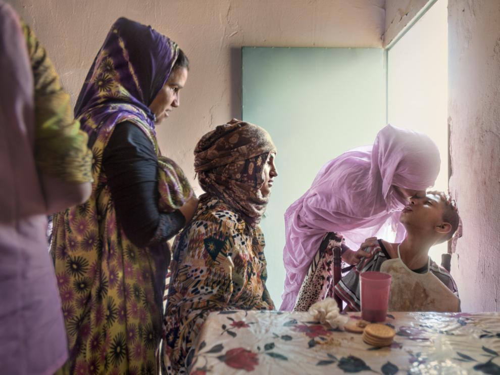 Trabajadoras de un Centro de Educación Especial cuidan de un niño discapacitadoBojador, octubre de 2016