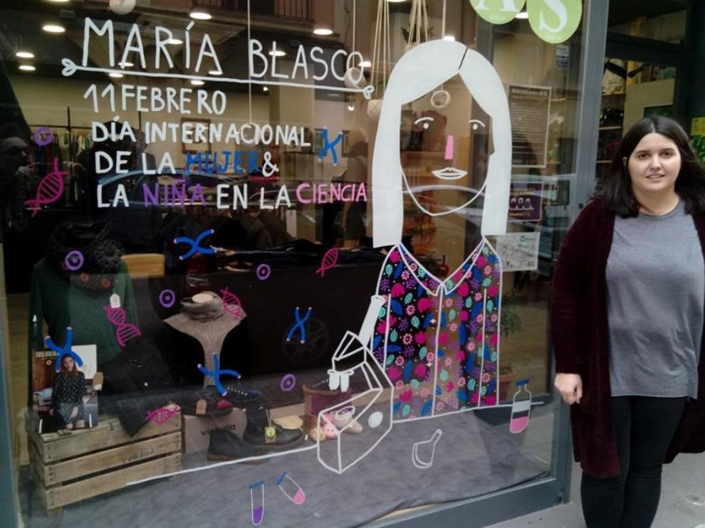 De esta iniciativa comercial, en la que colabora también la Universidad de Zaragoza, se están haciendo eco las redes sociales con las etiquetas #escaparates11F y #escaparatesMIZ. Sobre estas líneas, la ilustradora Beatriz Entralgo en Simbiosis (Latassa, 32).