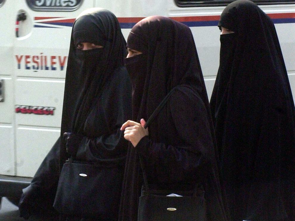 Entre 1996 y 2001, bajo el gobierno talibán, se les prohibió a las mujeres trabajar, se les obligó a llevar un burka de cuerpo entero que les cubría la cara y no tenían permitido salir sin un pariente masculino.