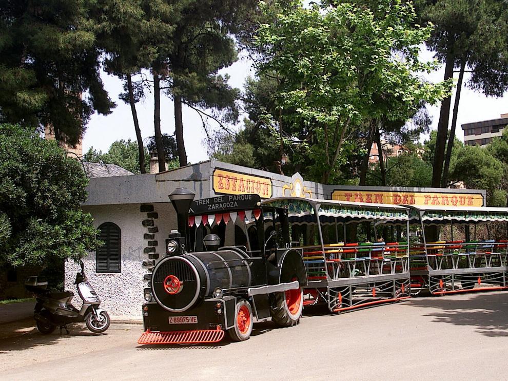 La locomotora de siempre, junto a su estación, en una imagen de archivo.