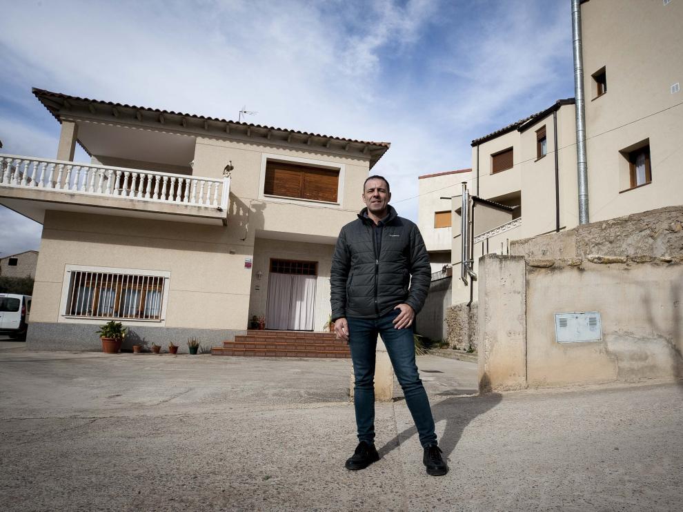 Juanjo Ruiz, alcalde de Maleján, en el casco urbano de su pueblo, con una pierna en su término municipal y otra en el de Borja.