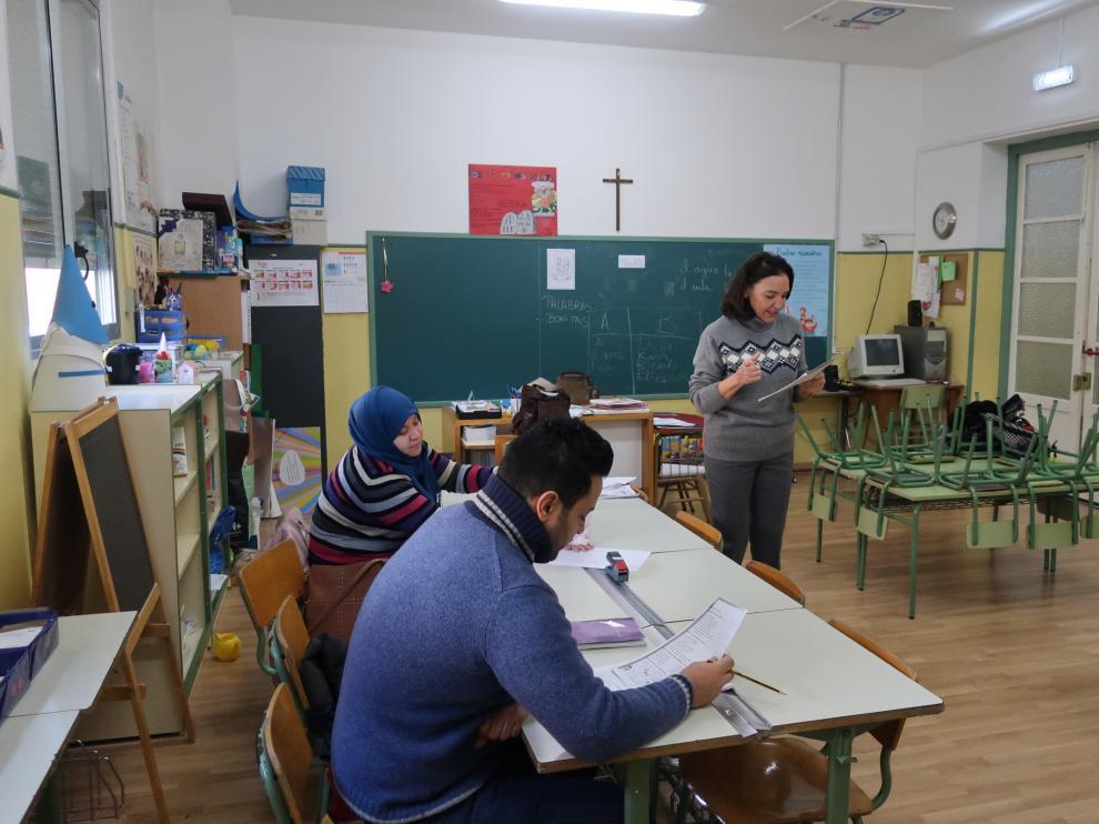 Curso para preparar los exámenes de la nacionalidad española, en el colegio Luis Vives de Zaragoza.