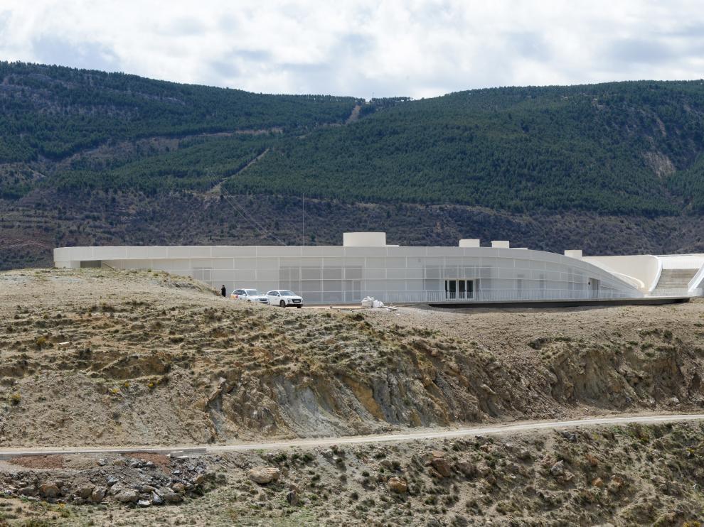 El proyecto del edificio, integrado armónicamente en el paisaje, ha recibido un premio nacional.