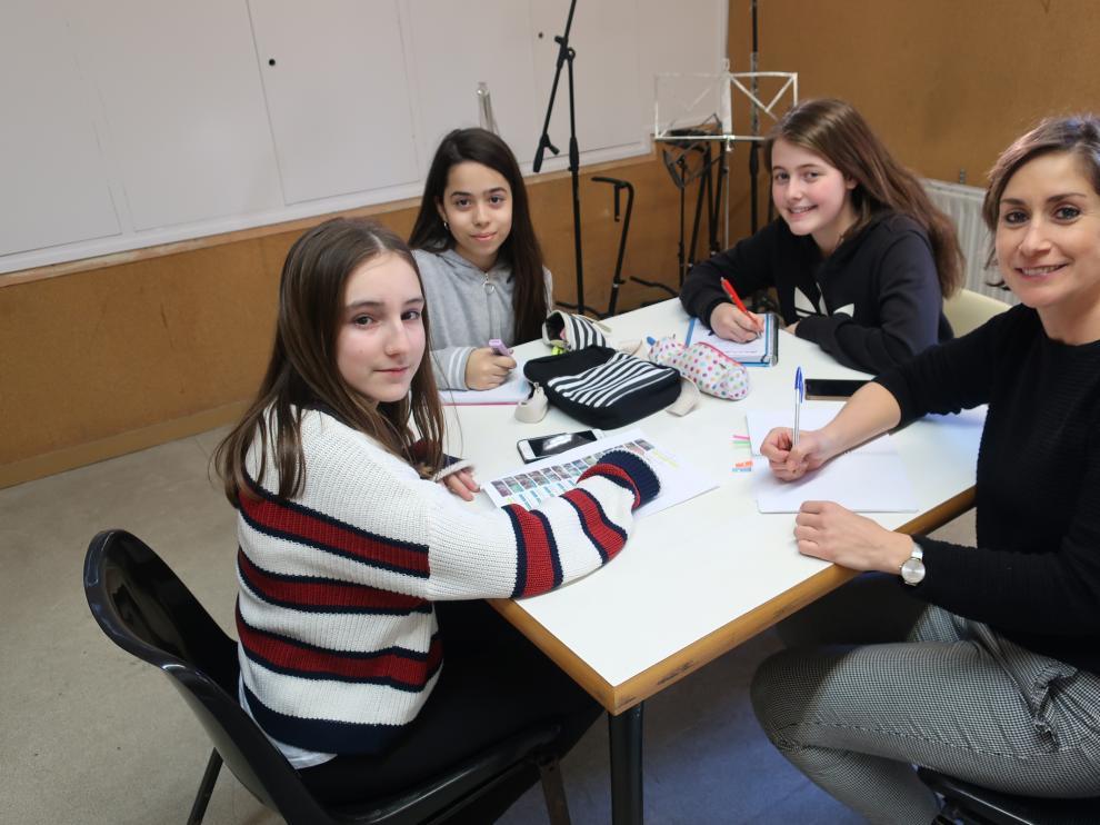 Zaragozanas participantes en el concurso Technovation Challenge. De izda. a drcha., Beatriz Alhambra, Claudia Piedrafita, Helena González y la ingeniera Manuela Delgado.