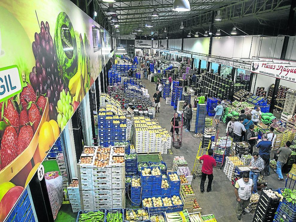 Intensa actividad en el mercado central de frutas y hortalizas de Mercazaragoza.