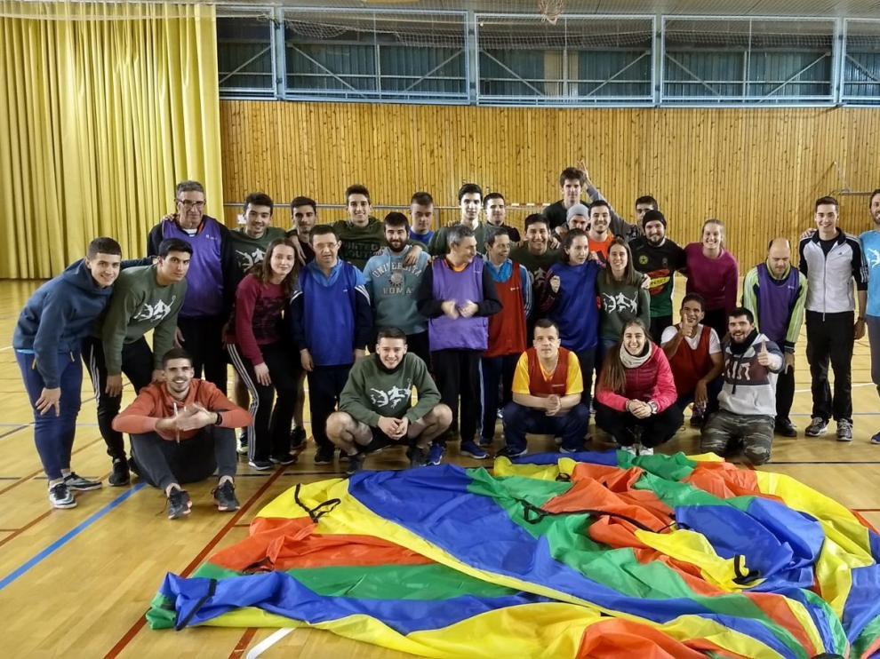 Estudiantes y usuarios de CADIS posaron para una foto de familia al final de la yincana