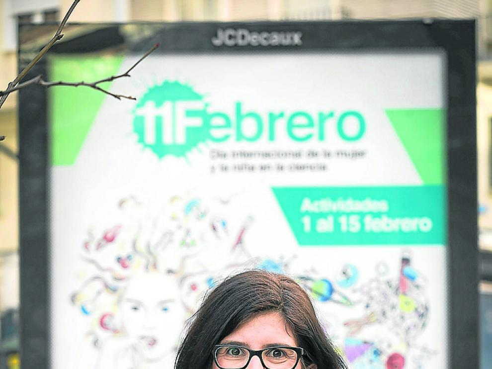 Julia Herrero, delante del cartel del 11-F.