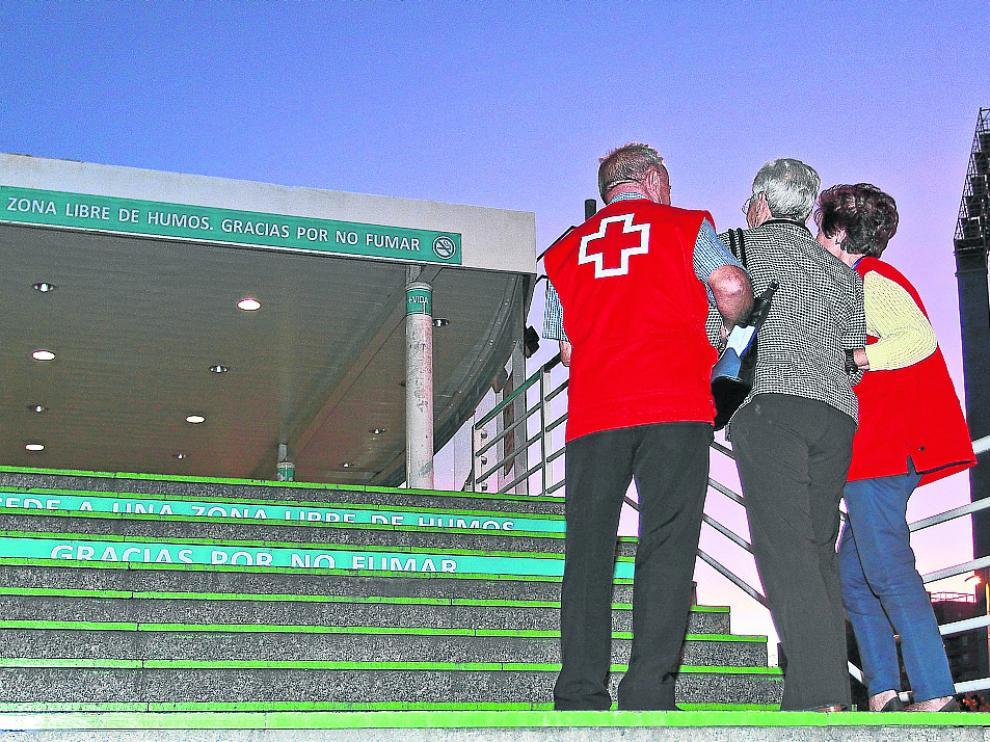 Mayores que ayudan a mayores. El programa de atención a la tercera edad de Cruz Roja en Zaragoza está formado por 12 técnicos especializados. Estos profesionales cuentan con la ayuda de decenas de voluntarios.Muchos de ellos son personas que ya han cumplido 65 años, con buena salud y ganas de ayudar a otros mayores.