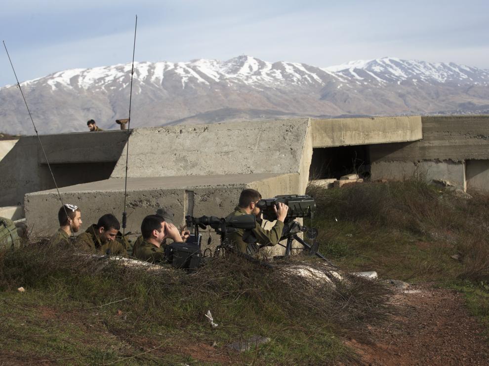 Soldados irsraelíes observan desde los Altos del Golán la frontera con Siria, este sábado.