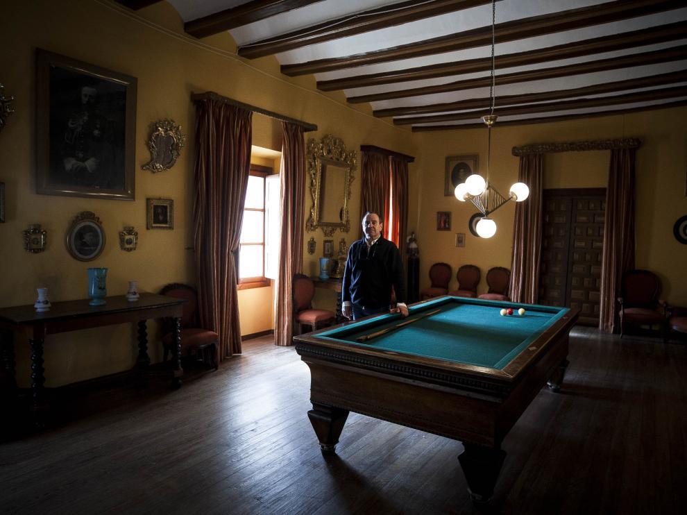 El decimotercer conde de Bureta, en el salón de billar del palacio.