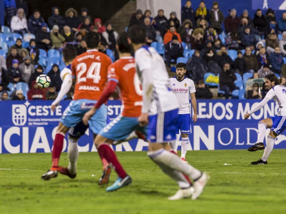 Oliver Buff, en el momento de golpear la falta directa que supuso este domingo el 2-0 ante el Lugo. El balón vuela en rosca para rebasar la barrera y acabar en la red.