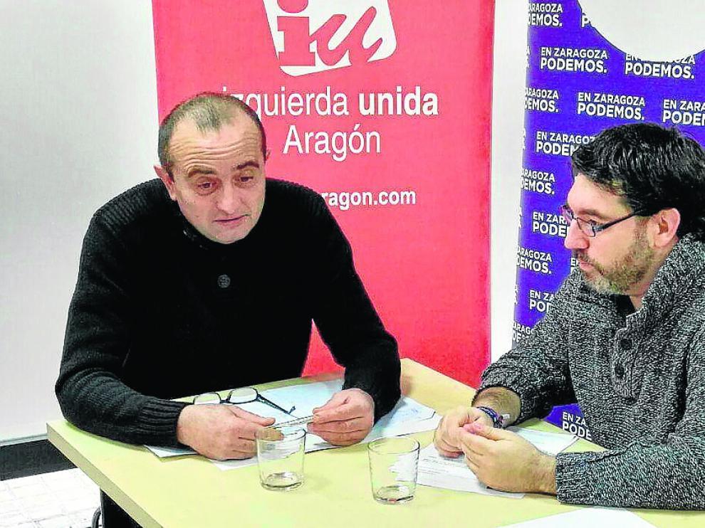 Raúl Ariza (izquierda) y Guillermo Lázaro (Podemos), durante su reunión.