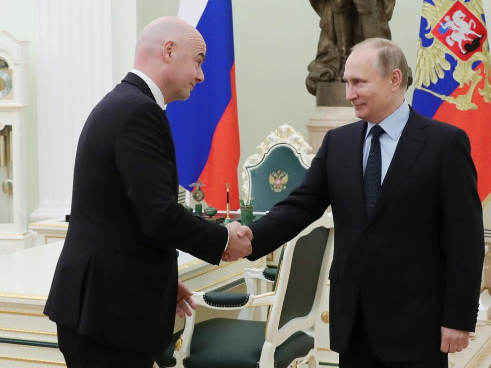 Putin en una reunión de este lunes, a pesar de estar acatarrado.