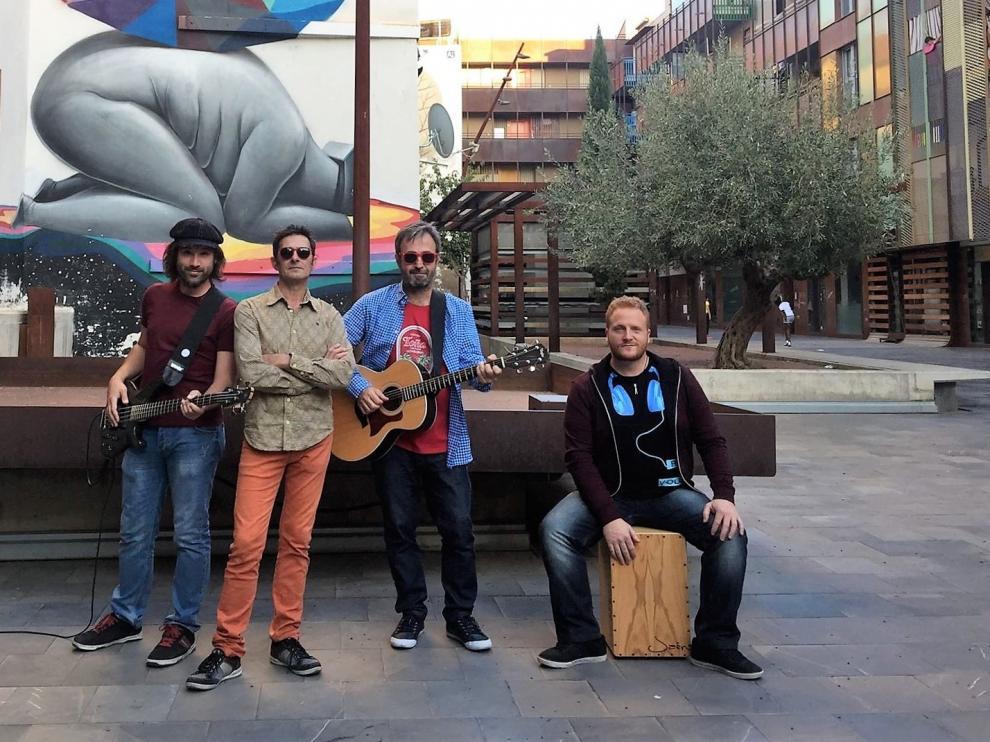 Los músicos que interpretan 'Marcelaen la barra del bar': Fernando Font (voz), Ricardo Pérez (bajo), Nacho Flores (percusión) y Alfonso Vicente-Gella (guitarras), durante el rodaje en Las Armas.