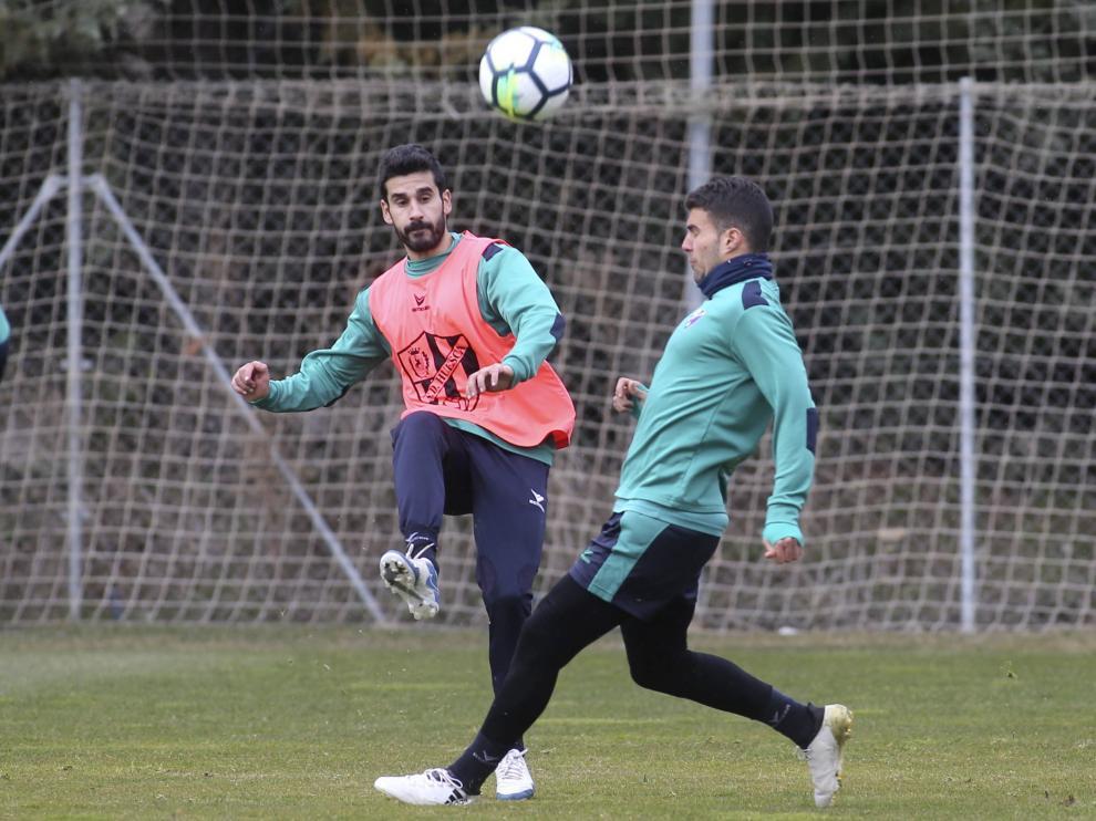 Lluís Sastre golpea la pelota durante el entrenamiento de este miércoles en el IES Pirámide, ante la marca del venezolana Alexander González.