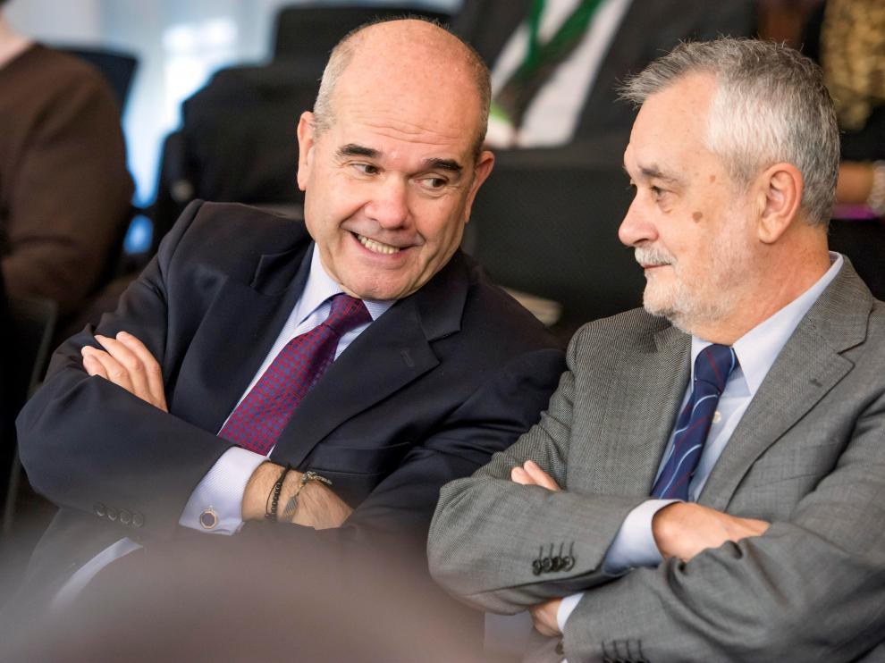 Chaves y Griñán en la sala de la Audiencia de Sevilla.