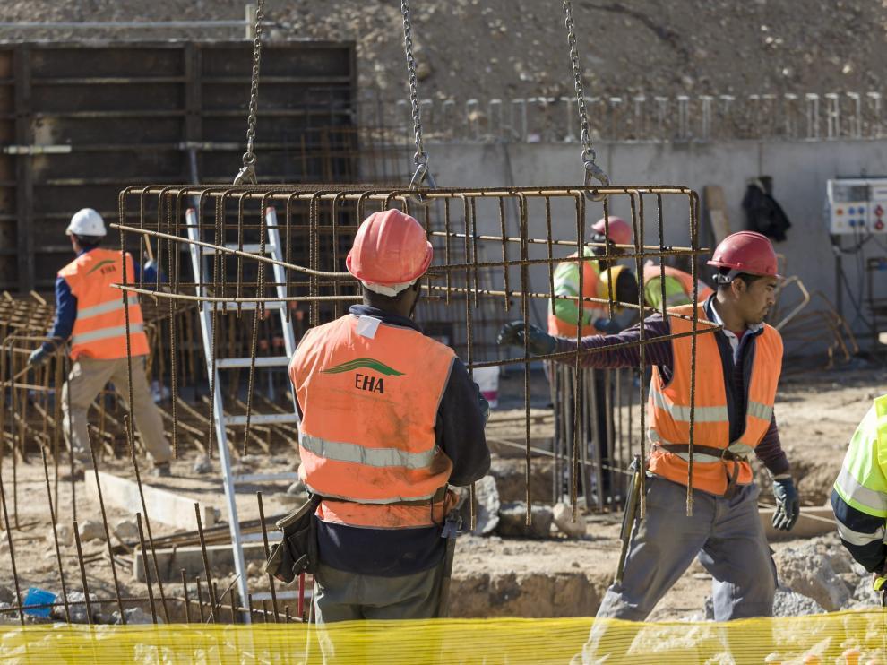 Santisteve visita las obras de 80 viviendas sociales en Las Fuentes