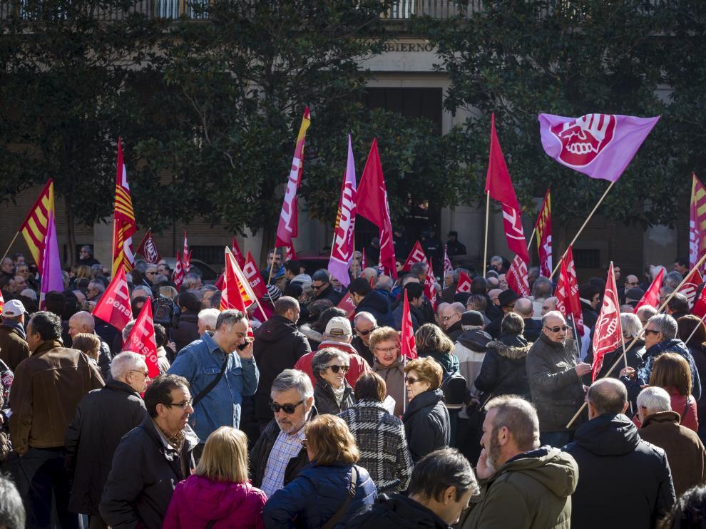 Cientos de pensionistas han llevado hoy su protesta a las puertas de la delegación del Gobierno en Zaragoza