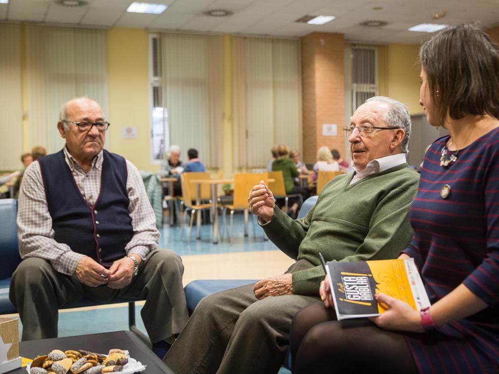 El programa 'Nos gusta hablar', se realiza en Santa Isabel como centro piloto, y trata de encontrar a muchos mayores un lugar donde conversar.