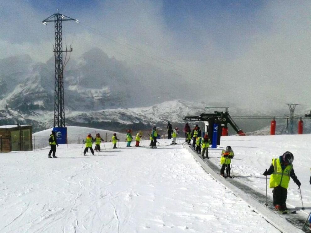 La campaña de esquí escolar favorece la práctica de este deporte en las pistas de Aramón.