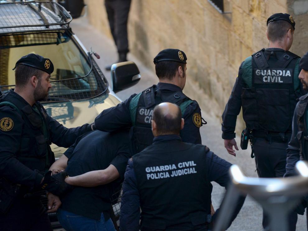 Momento en que la Guardia Civil traslada a Norbert Feher al juzgado de Alcañiz.